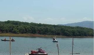 Tìm thấy thi thể cán bộ công an bị ngã xuống hồ trong khi chụp ảnh