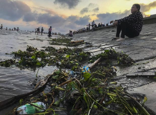 Nghỉ lễ 30/4-1/5: Du khách chen nhau tắm biển Sầm Sơn, Cửa Lò, Quất Lâm5