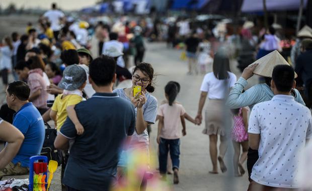 Nghỉ lễ 30/4-1/5: Du khách chen nhau tắm biển Sầm Sơn, Cửa Lò, Quất Lâm4