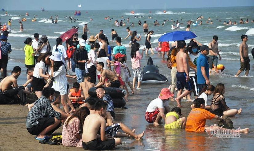 Nghỉ lễ 30/4-1/5: Du khách chen nhau tắm biển Sầm Sơn, Cửa Lò, Quất Lâm