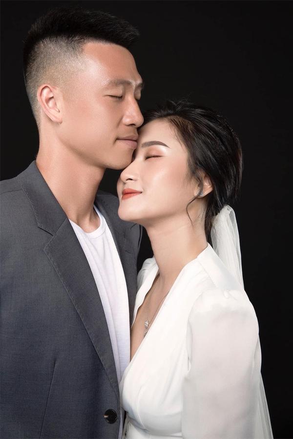 Hot girl Hải Phòng khoe vòng 1 nóng bỏng bên tiền vệ Huy Hùng2