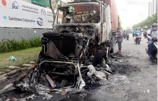 Xe container bốc cháy dữ dội trên xa lộ, tài xế may mắt thoát ra ngoài