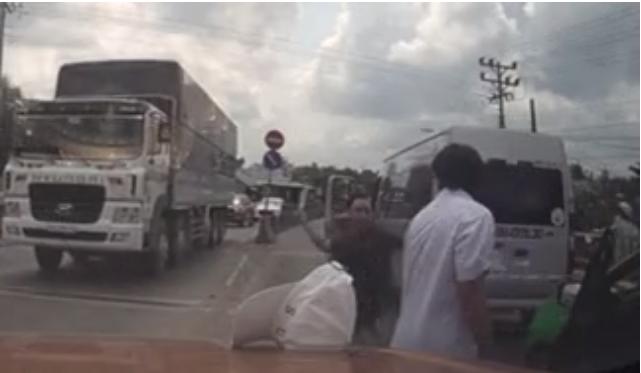Chém liên tiếp vào người tài xế taxi sau va chạm giao thông