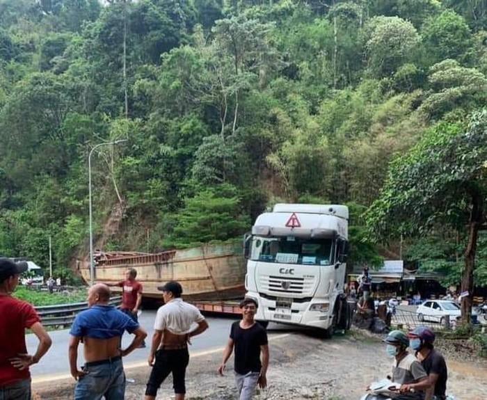 Tạm giữ xe đầu kéo chở thuyền 'khủng' gây tắc nghẽn đèo Bảo Lộc