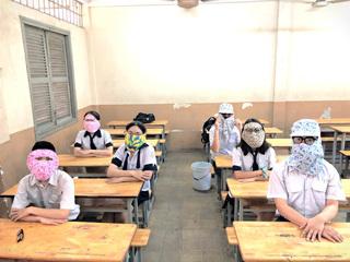 Đi học lại sau mùa dịch, nhóm học sinh trùm kín mặt như ninja cùng nhau 'tự sướng'