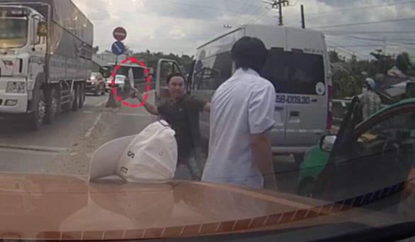 Công an điều tra vụ tài xế xe khách lấy dao chém tài xế taxi