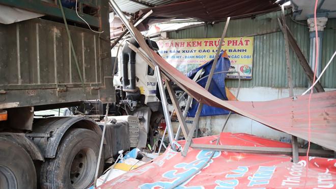 Container chở phế liệu nát đầu sau cú tông hàng loạt nhà dân