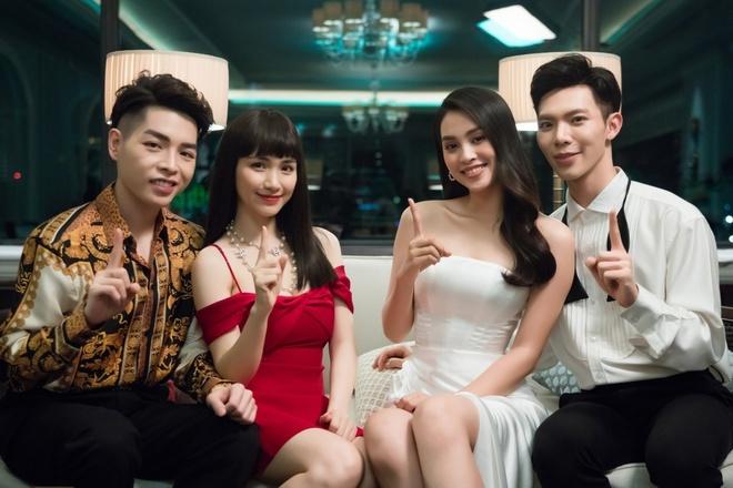 Hoa hậu Tiểu Vy tung ảnh tình tứ bên Erik sau MV 'Em không sai, Chúng ta sai' lọt top 1 trending YouTobe