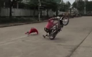 Nam thanh niên 'áo hồng' bốc đầu xe máy trên đường và cái kết bẽ bàng