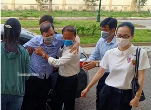 Cựu trưởng Công an TP Thanh Hóa được dìu tới tòa xử tội 'Nhận hối lộ'