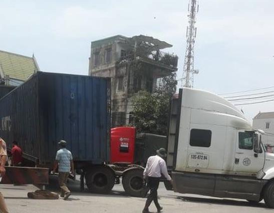 Xe container gãy ngang giữa ngã tư