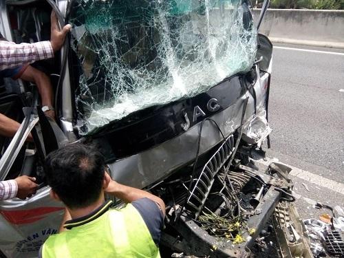 Tông đuôi xe đầu kéo đang dừng, hai người bị thương nặng