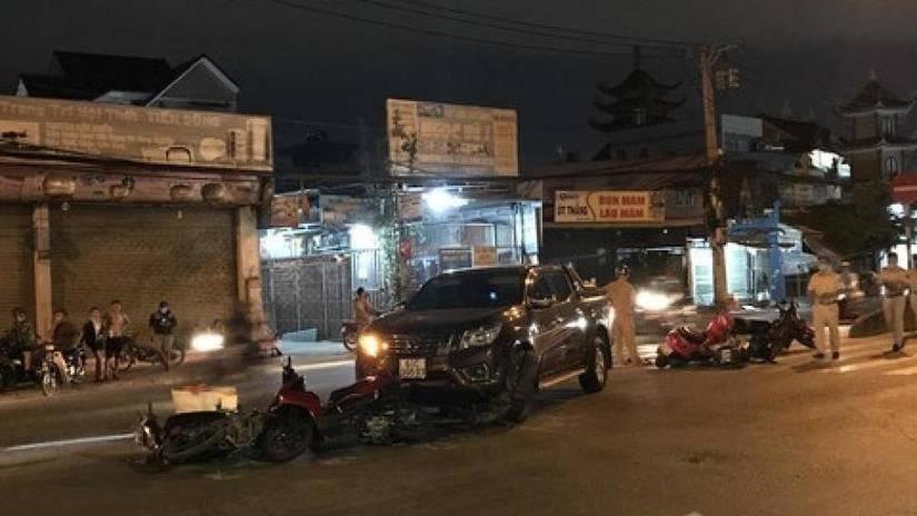 Xe bán tải tông hàng loạt xe máy đang chờ qua đường ở Sài Gòn