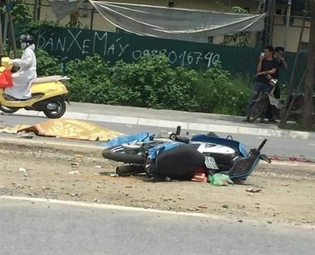 Hà Nội: Xe máy va chạm với xe đầu kéo khiến hai mẹ con tử vong