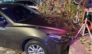 Lái ô tô đâm gãy cây, tài xế bước xuống chưa hiểu chuyện gì xảy ra