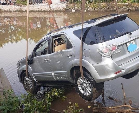 Ô-tô mất lái lao xuống sông, hai người tử vong