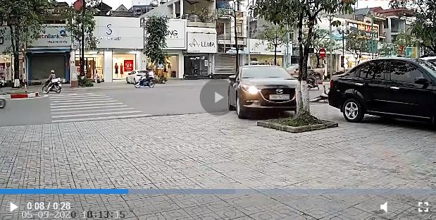 Tài xế ô tô đạp nhầm chân ga lao thẳng vỉa hè
