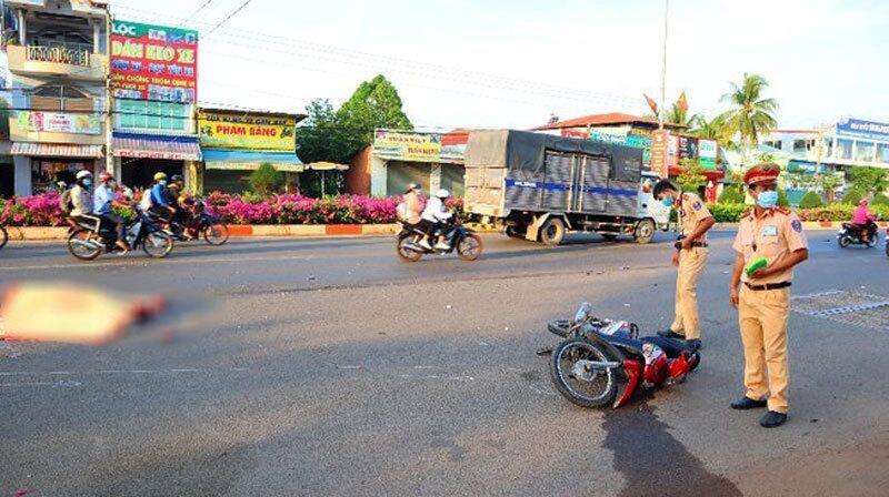 Bị xe tải tông khi qua đường, vợ tử vong tại chỗ, chồng bị thương nặng