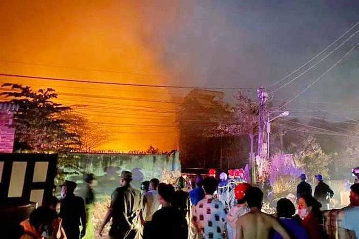 Hỏa hoạn từ đống rác thải nhựa, 6 căn nhà bị thiêu rụi