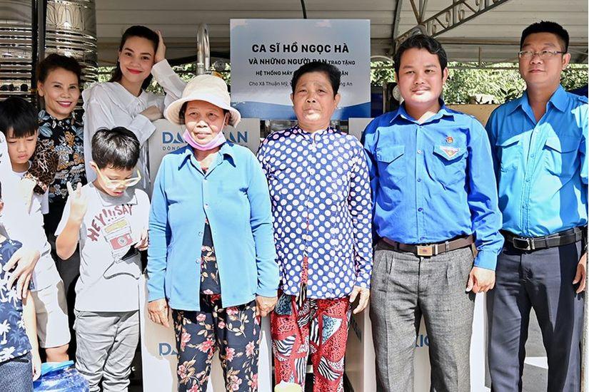 Hồ Ngọc Hà cùng con trai mang nước sạch đến người dân miền Tây