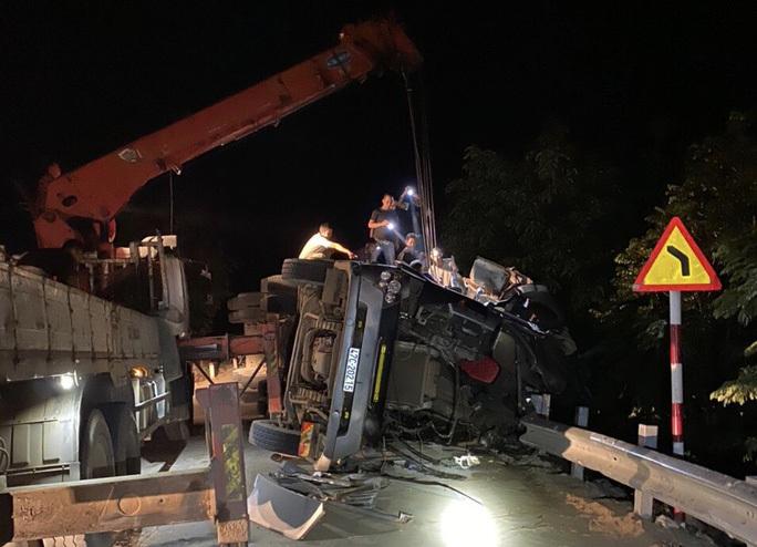 Xe đầu kéo lật nghiêng khiến tài xế và phụ xe tử vong trong cabin