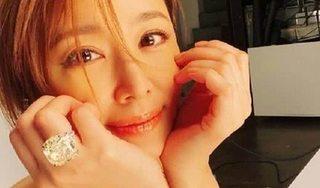 Chụp ảnh selfie, nhưng fan chỉ chú ý đến chiếc nhẫn đặc biệt này của Lâm Tâm Như