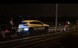 Ô tô Mazda CX-5 'hồn nhiên' đi trên cầu Long Biên gây ùn tắc