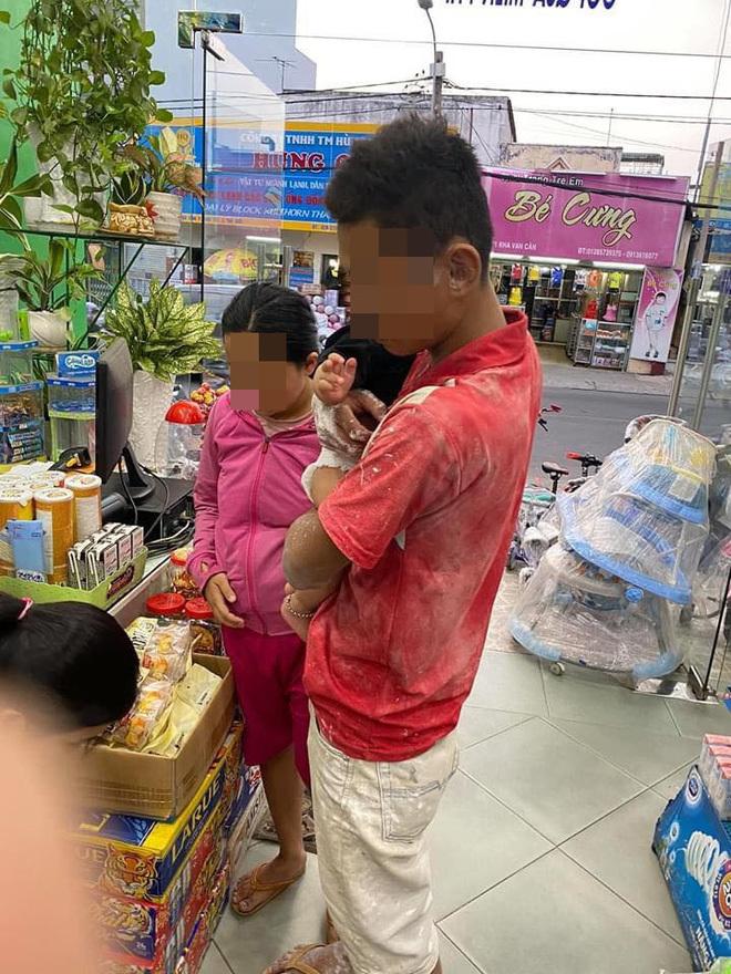 Hình ảnh ông bố người lấm lem sơn đưa hai con nhỏ vào cửa hàng sữa2