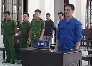 Chiến sĩ gác cổng UBND tỉnh bắn đồng đội vì đi giày vào phòng