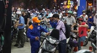 Tin tức trong ngày 13/5: Người dân xếp hàng đông nghẹt trước giờ xăng tăng giá