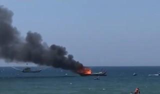 Đang neo đậu, tàu cá của ngư dân bất ngờ bốc cháy dữ dội