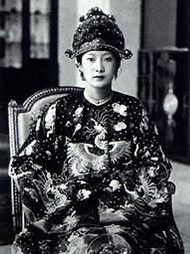Nam Phương Hoàng hậu được vua Bảo Đại tấn phong ngay sau khi cưới.
