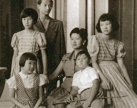 Nam Phương Hoàng Hậu và 5 công chúa hoàng tử con vua Bảo Đại ăn mặc theo phong cách Pháp.