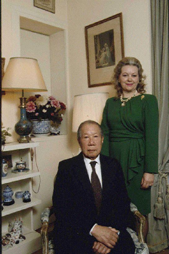 Bảo Đại chụp cùng vợ Monique Vĩnh Thụy.
