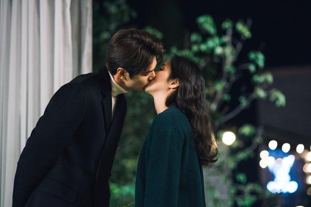 Lee Min Ho khoe nụ hôn ngọt ngào với Kim Go Eun trên trang cá nhân, fan được dịp 'đẩy thuyền'