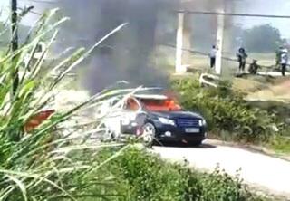 Xe chở đoàn Sở Xây dựng Thanh Hóa cháy rụi giữa đường