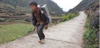 Hạnh phúc mỉm cười với cậu bé ở Hà Giang cõng gạch lấy 2.000 đồng