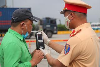 CSGT Hà Nội xử lý hơn 1.200 trường hợp vi phạm trong ngày đầu ra quân