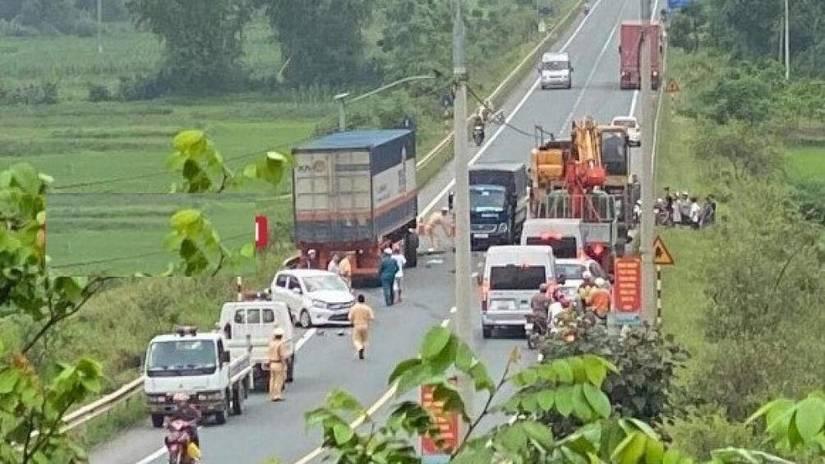 Container lao vào 4 xe chạy ngược chiều, nhiều người nhập viện