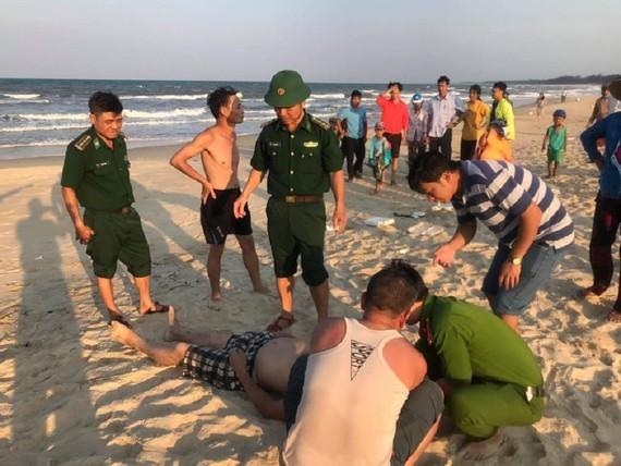 Quảng Trị: 2 người tử vong vì sóng cuốn khi tắm biển