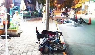 Ô tô 'điên' tông liên hoàn 3 xe máy trước khi lao vào nhà dân