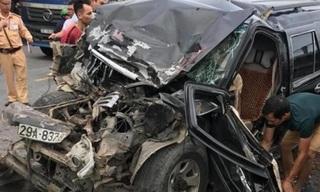 Ô tô con đấu đầu xe tải trên QL khiến 3 người bị thương