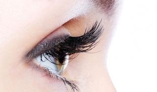 Mẹo giúp lông mi bạn dài và cong chỉ trong một tháng khiến ai nhìn cũng mê