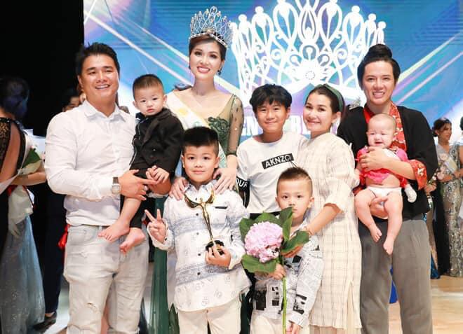 Hoa hậu Oanh Yến gây tranh cãi với hành động cho con bú trong thang máy