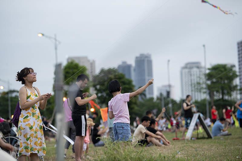 Hàng trăm người vô tư chui rào vào khu vực cấm để thả diều