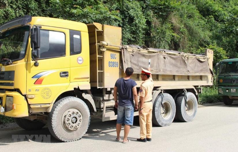 Tạm giữ gần chục xe tải chở quá tải 200% ở Đồng Nai