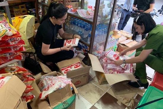 Tạm giữ 2 đối tượng vụ phát hiện hàng tấn mì chính giả ở Hà Nội