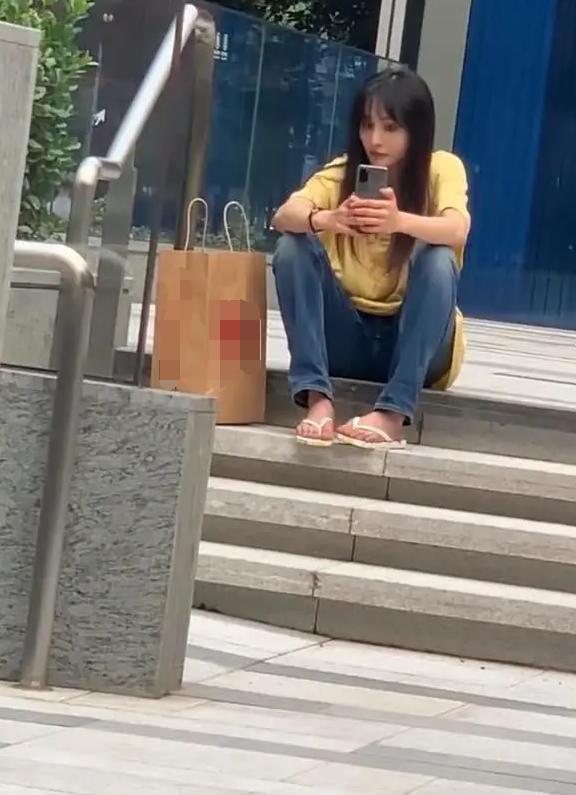 Trịnh Sảng mặc giản dị, đi dép tông ngồi vỉa hè chụp ảnh khiến fan thích thú