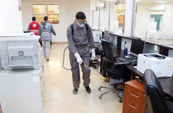 WHO khuyến cáo dùng giẻ lau bề mặt khử trùng virus corona
