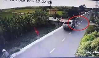 Clip: Xe bán tải tông cháu bé đang sang đường bay xuống mương